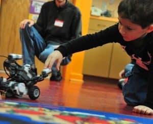 هذه الأسباب تشرح لماذا يجب أن يتعلم الأطفال علم الروبوت؟