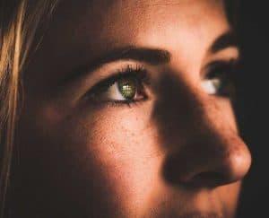 كيف تتكيف أعيننا مع الرؤية في الظلام؟