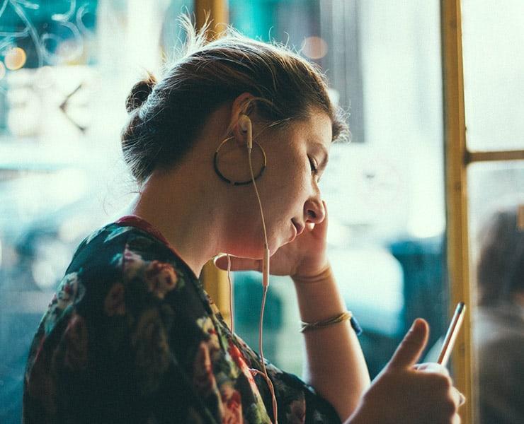 كيف تساعدنا الضوضاء البيضاء على الاسترخاء والنوم؟