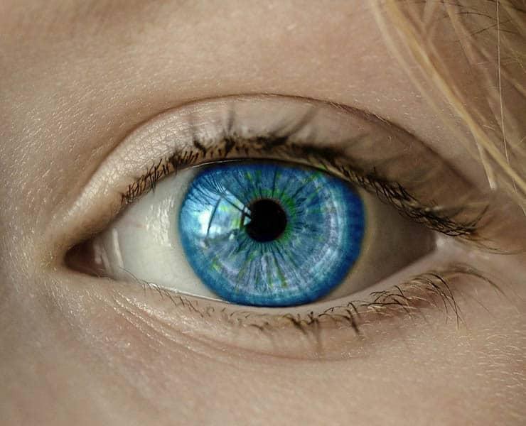 ما سبب اختلاف لون العين لدى البشر؟