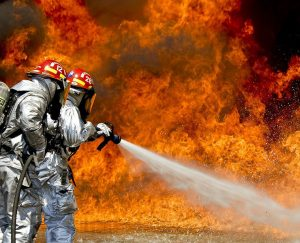 كيف تقوم طفايات الحريق بإخماد النيران؟