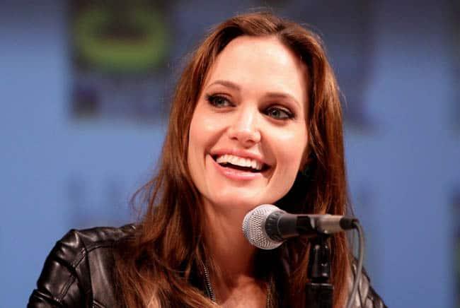 أنجلينا جولي, ابتسامة, ضحك, طب الأسنان