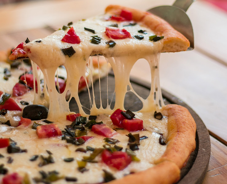 أفضل الطرق لإعادة تسخين البيتزا لتصبح شهية كما كانت