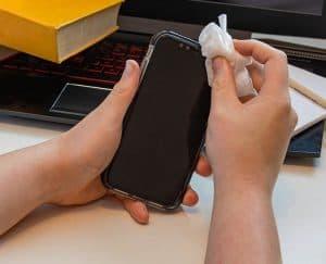 دليلك المبسط لتنظيف وتطهير هاتفك الذكي