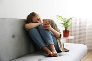 هل الإفراط في استخدام هواتفنا الذكية يشعرنا حقاً بالوحدة؟