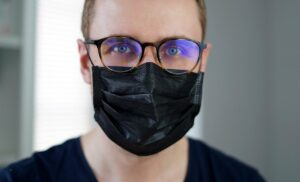 هل ارتداء النظارات يحمينا من فيروس كورونا؟