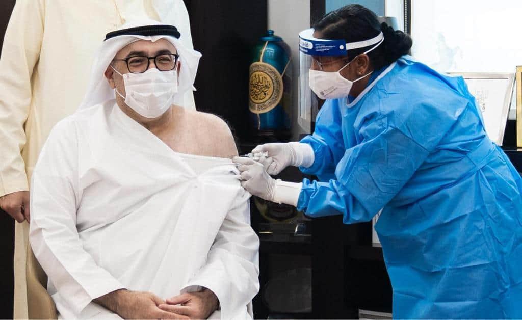 وزير صحة الإمارات يتلقى أول جرعة من لقاح كورونا