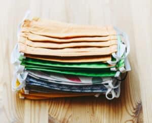 3 طرق سهلة لتنظيف الكمامات القابلة لإعادة الاستخدام