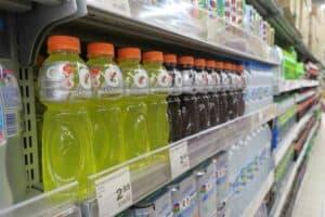 هل تناول المشروبات الرياضية أفضل من شرب الماء؟