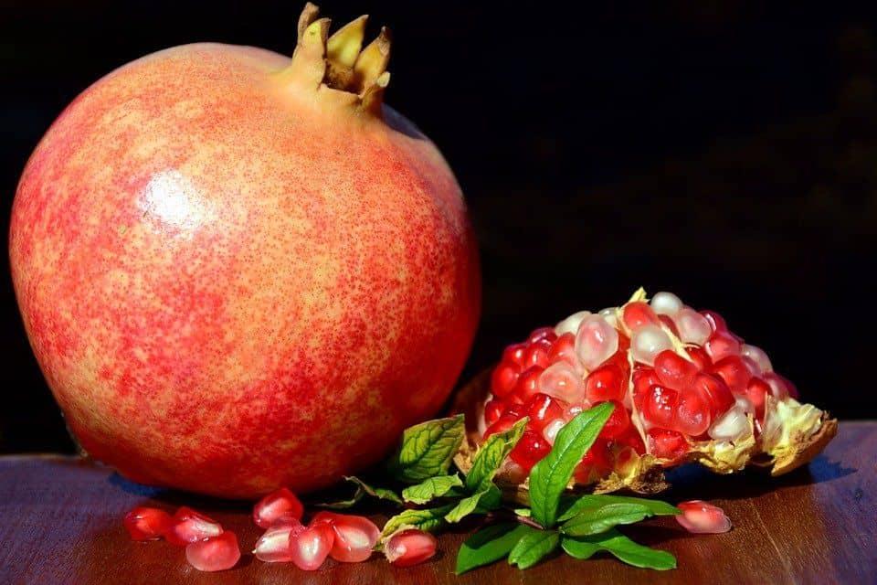القلب ومحاربة السرطان: 13 فائدة علاجية لفاكهة الرمان