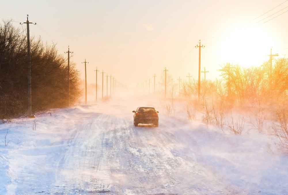 محاصر في عاصفة ثلجية داخل سيارتك؟ إليك بعض الحيل للنجاة