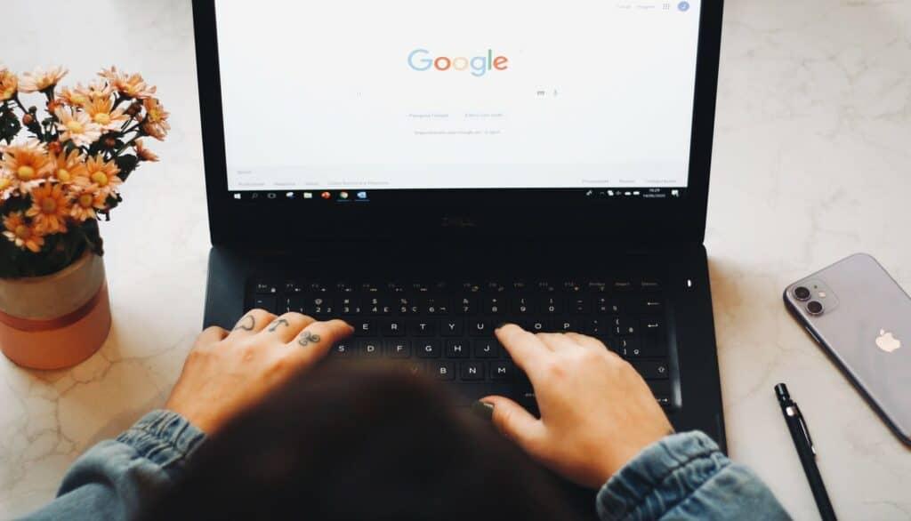 هل يمكن أن تصمم آبل محرّك بحث ينافس جوجل؟