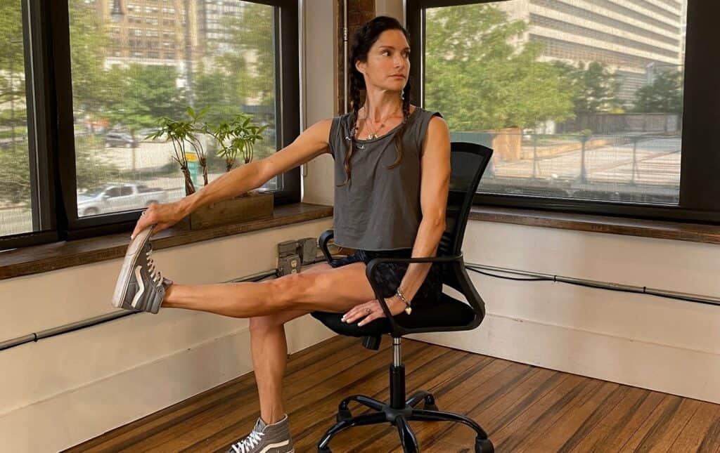 من مقعد مكتبك: 6 تمارين تبقيك رشيقاً وتحافظ على صحتك