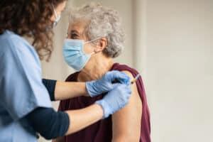 الإصابة بكوفيد-19 بعد تلقي اللقاح نادرة وأعراضها خفيفة