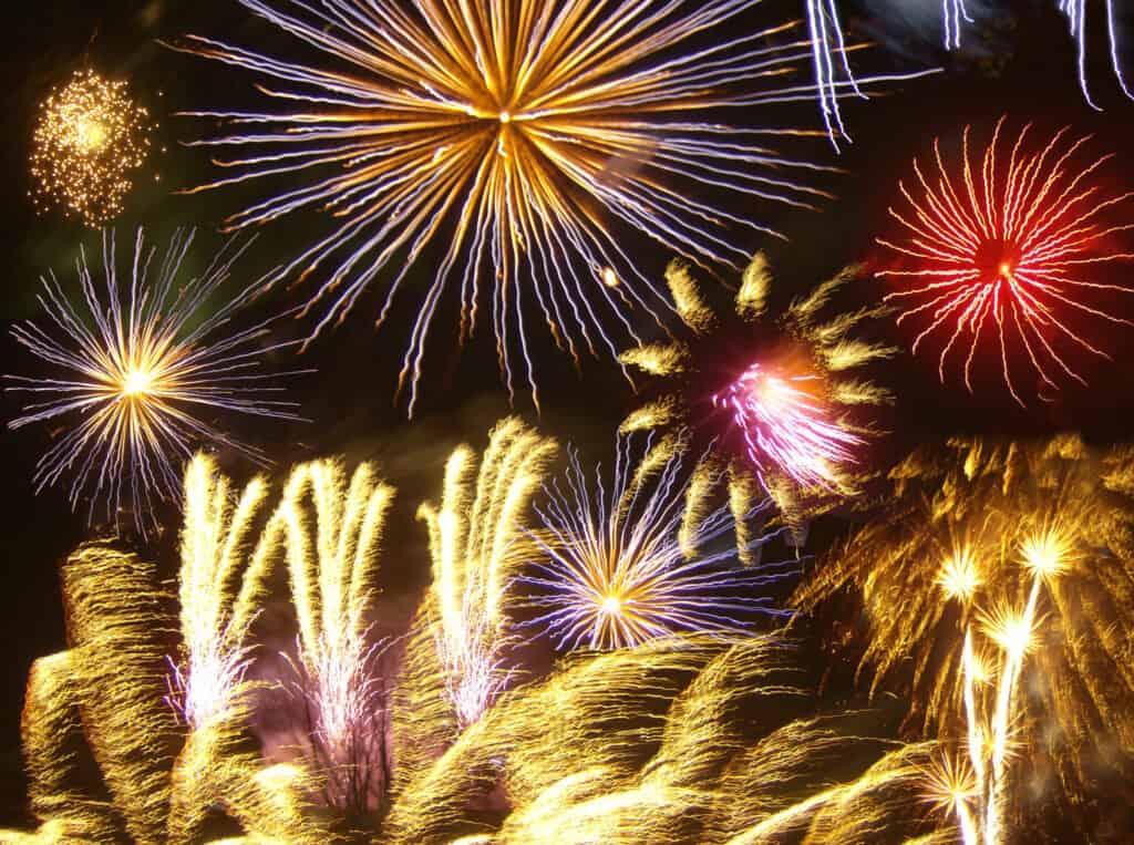 لماذا يشعر بعضنا بالخوف من الألعاب النارية رغم أننا نحبها؟