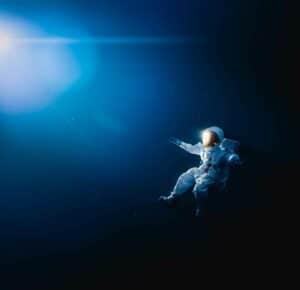 رواد فضاء صينيون يقومون بأول سير في الفضاء خارج محطتهم الفضائية