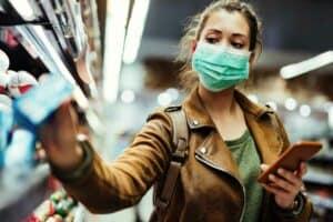 سلالة جديدة ولقاحات متعددة: فيروس كورونا يكمل رحلته للعام الجديد