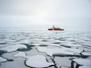 غسيل ملابسنا يغمر مياه القطب الشمالي بالبلاستيك