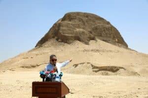 أنفاق وممرات مخبأة بعناية: كشف أسرار الهرم المصري العائم