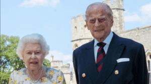 الملكة إليزابيث وزوجها الأمير فيليب يتلقيان لقاح فيروس كورونا