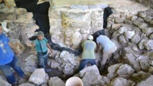 الكشف عن قناع ضخم يعود لحضارة المايا في المكسيك