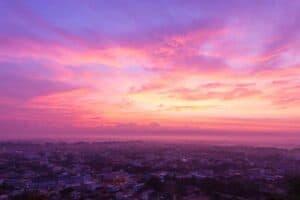 لماذا تتلون السماء بألوان مختلفة عند شروق الشمس وغروبها؟