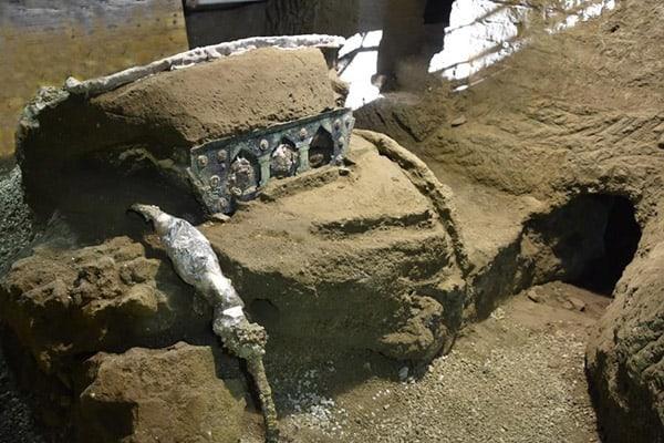 من ألفَيّ عام: اكتشاف عربة أثرية في مدينة إيطالية دمّرها البركان