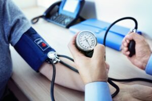 علاج ارتفاع ضغط الدم المفاجئ بين الأدوية والطعام الصحي