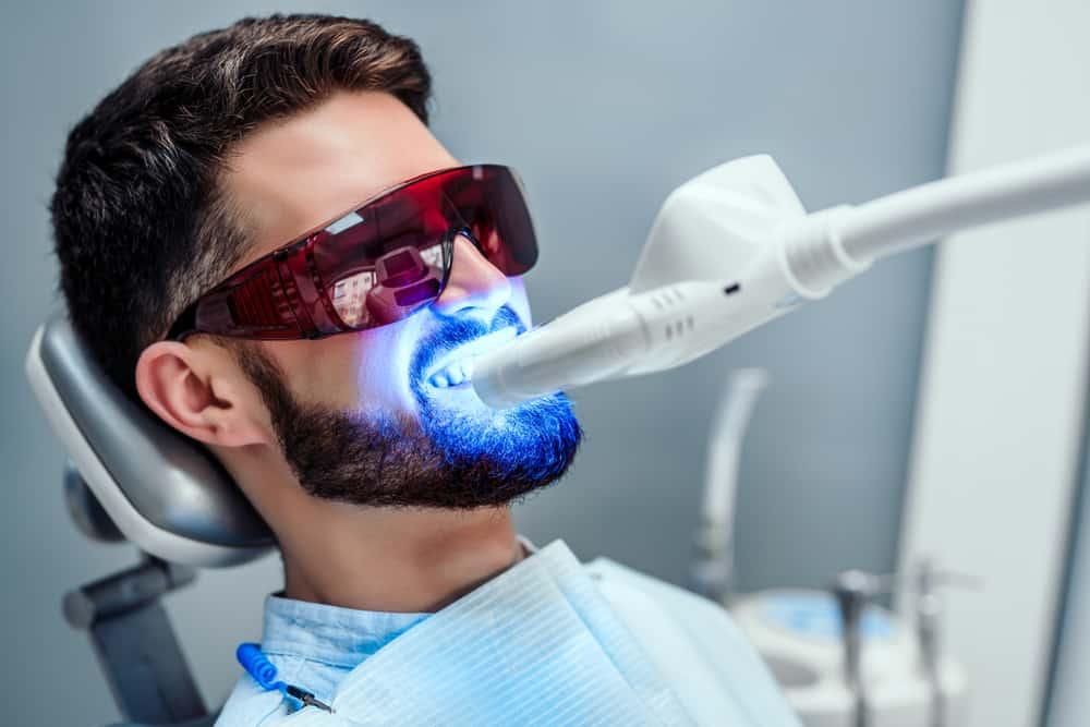 خلال ساعة: تبييض الأسنان بالليزر للحصول على ابتسامة سينمائية