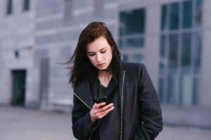 دليل مبسّط للوقاية من ألم الذراع الناتج عن استخدام الهاتف