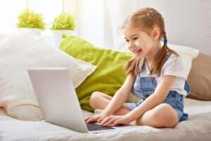تصفح آمن لطفلك: دليلك لإعدادات الإشراف الأبوي على الإنترنت