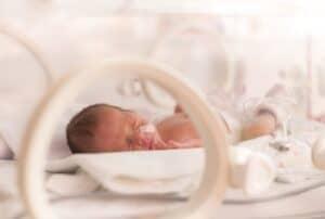 ميكروبيوم فريد يمتلكه الرضّع المولودون بعملية قيصرية