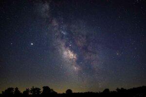 كيف يؤثر التلوث الضوئي وغياب سماء الليل على كوكب الأرض؟