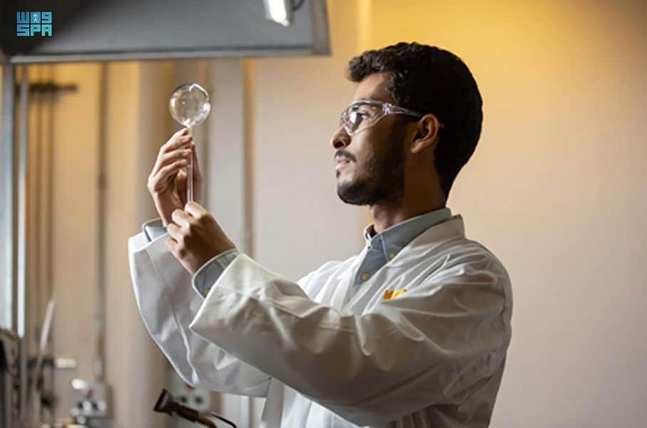 «كاوست» تطلق أول برنامج تدريب لنفخ الزجاج العلمي