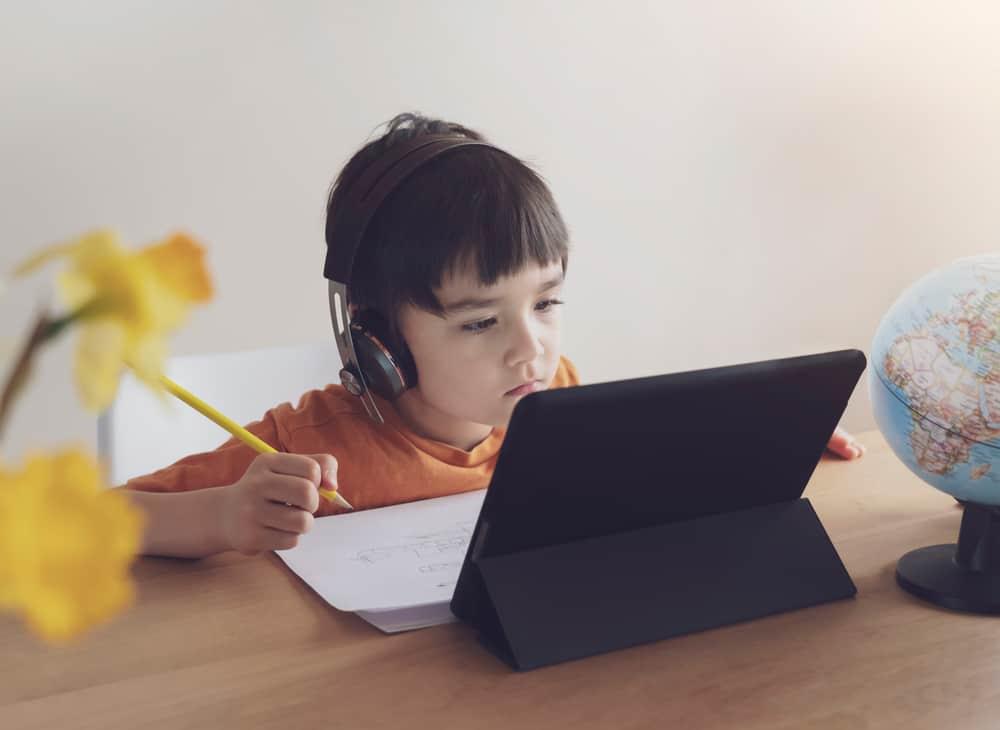 القليل أو لا شيء: نتائج تعلم الأطفال أثناء إغلاق المدارس وعبر الإنترنت