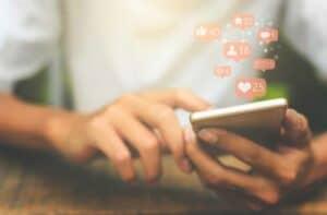 بجانب مشاكلها: مجتمعات الإنترنت قد توفّر الدعم للشباب أيضاً