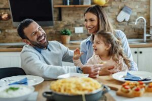 ليست للأطفال فقط: الوجبات العائلية مفيدة للبالغين أيضاً