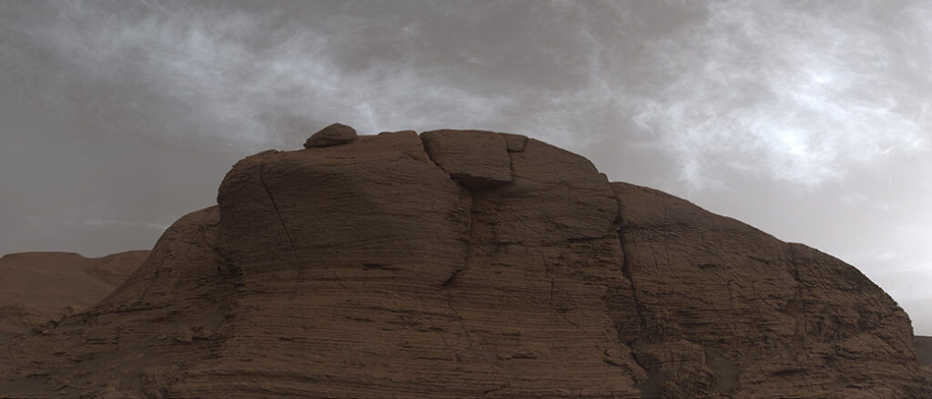تتوهج في السماء المظلمة: مركبة ناسا ترصد تشكل الغيوم على المريخ