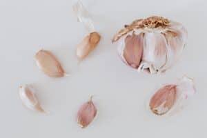 تلف الكبد وطفح جلدي: إليك أضرار الثوم وآثاره الجانبية
