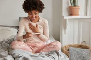 خطوة الحمل الأولى: دليلك الشامل لأعراض تلقيح البويضة