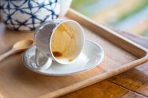 بخطوات بسيطة: تخلّص من آثار الشاي والقهوة على الأكواب والفناجين