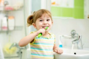 دليلك للعناية بأسنان طفلك في سنوات عمره الأولى
