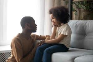4 طرق بسيطة للتحدث مع الأطفال عن العنف