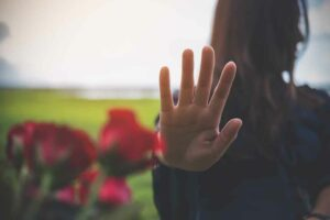 كيف يمكننا التغلّب على الرفض من قِبل الآخرين؟