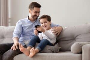 نحن قدوة لأطفالنا: حول فاعلية استخدام الأجهزة الرقمية دون إفراط