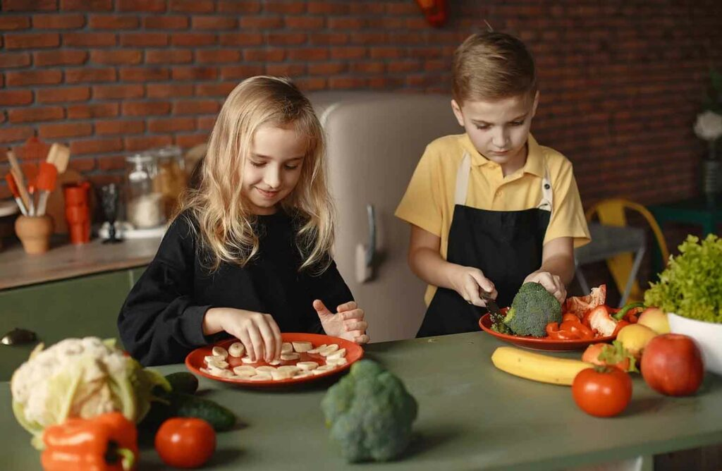 أهمية مشاركة الأطفال في أعمال المنزل: كيف تشجعهم على البدء؟