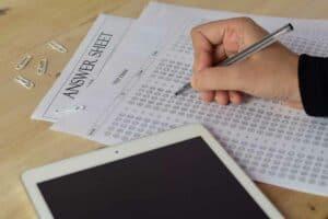 كيف تؤثّر الأسئلة متعددة الخيارات في التحصيل العلمي للطلاب؟