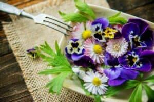 زيّن طعامك بالزهور المجففة الصالحة للأكل