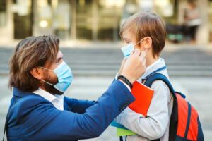 لحماية الأطفال: هل يجب أن نرتدي الكمامة بعد تلقّي لقاح كورونا؟