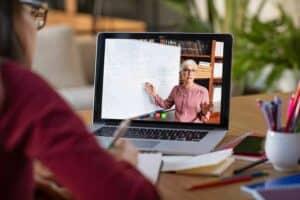 هل يمكن للتكنولوجيا أن تحلّ محلّ المحاضرات التعليمية التقليدية؟